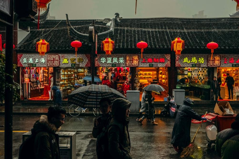 Clima piovoso con persone con ombrelli in Cina