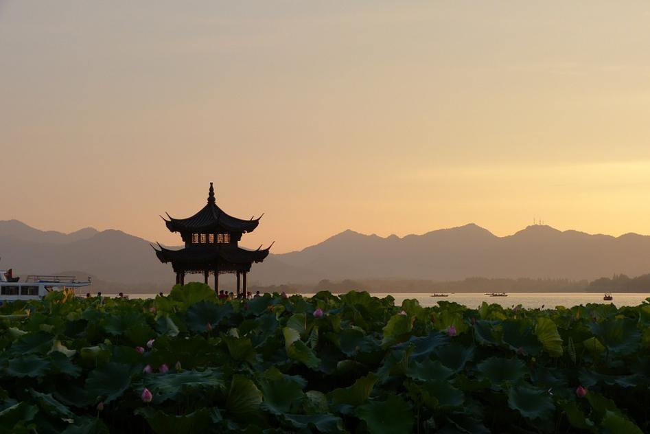 Pagoda cinese in un paesaggio con clima sereno