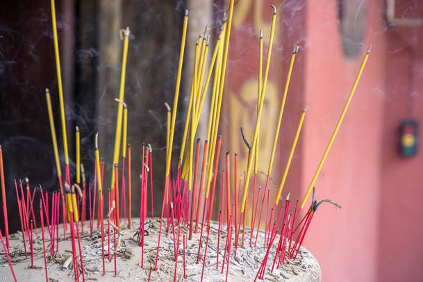 bruciatura d'incenso rito funebre cinese
